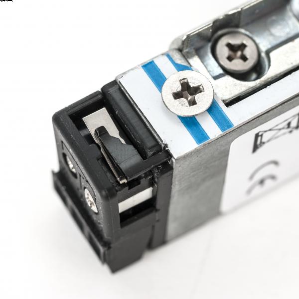 Incuietoare electromagnetica incastrabila pentru usi cu deschidere sub presiune